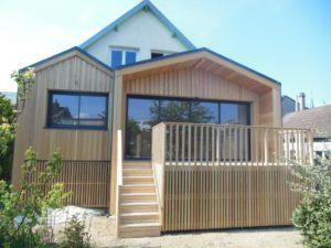 Extension en ossature bois : bardage et terrasse en mélèze